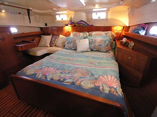 Hunter Passage 450 - master stateroom - click here